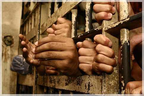 عشرات المعتقلين في سجون قوات مدعومة إماراتيا بعدن تخوض إضرابا عن الطعام