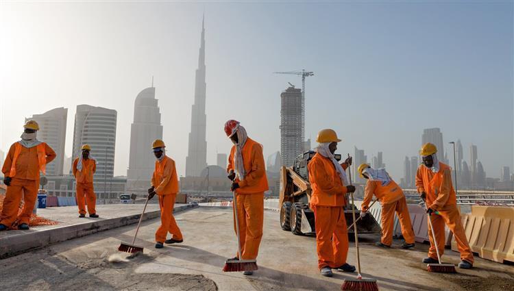 منظمة دولية تندد بانتهاكات لحقوق العمال بالإمارات في ظل أزمة وباء كورونا