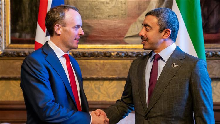 عبدالله بن زايد يبحث مع وزير الخارجية البريطاني تعزيز التعاون بين البلدين