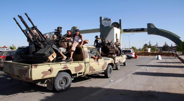الإمارات ومصر تدعمان حفتر بشحنات كبيرة من الأسلحة