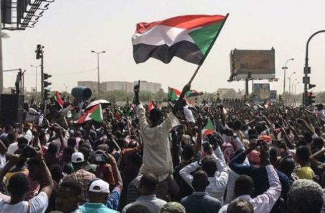 الحزب الشيوعي السوداني يتهم الرياض وأبوظبي بالتآمر على ثورة بلاده