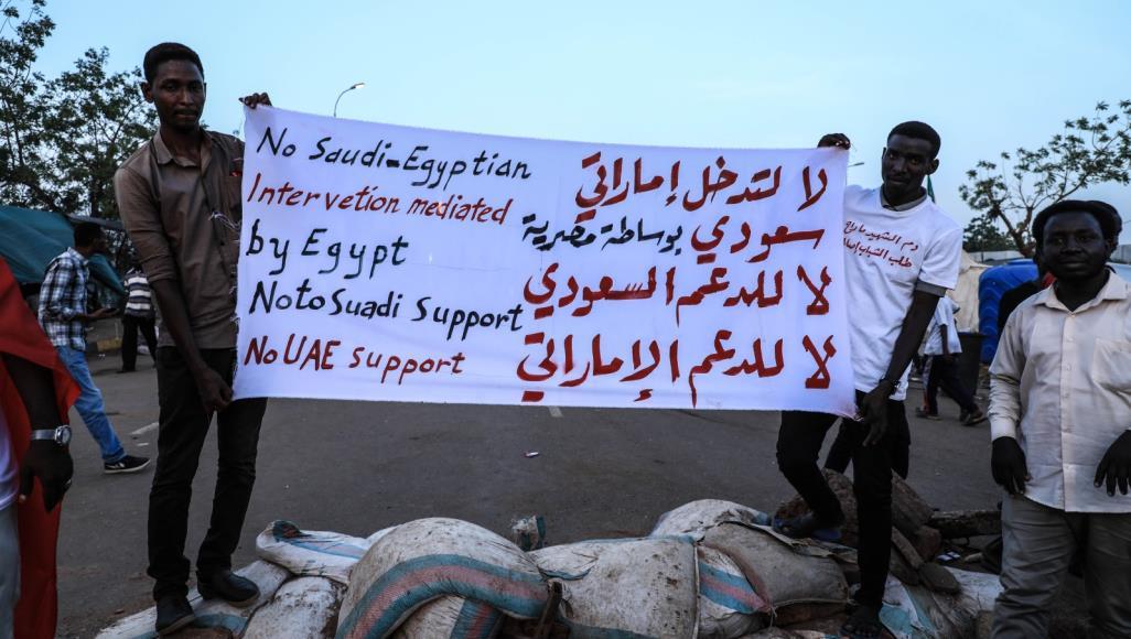 قرقاش يرد على اتهامات حزب سوداني للإمارات والسعودية بالتآمر على الثورة في بلاده
