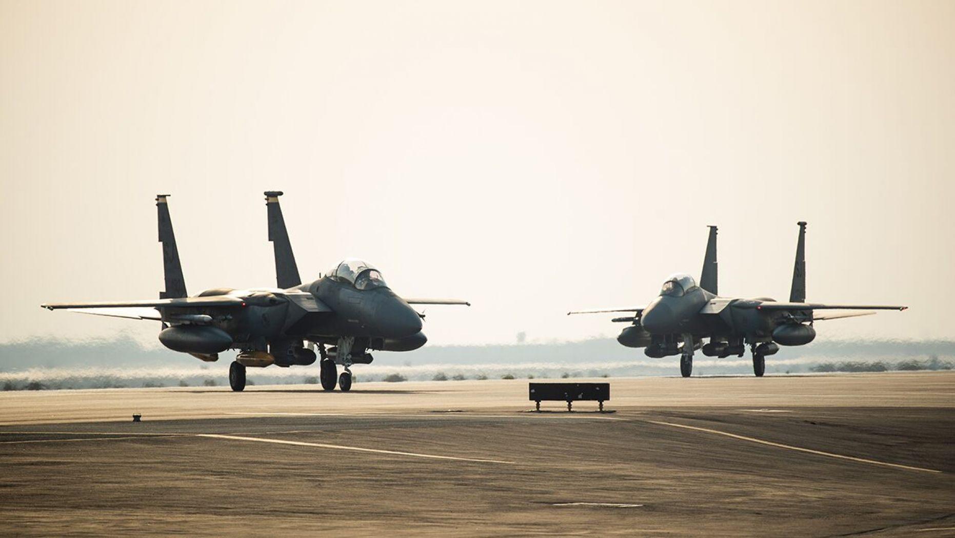 سرب من الطائرات المقاتلة الأمريكيّة تصل أبوظبي وسط توترات مع إيران