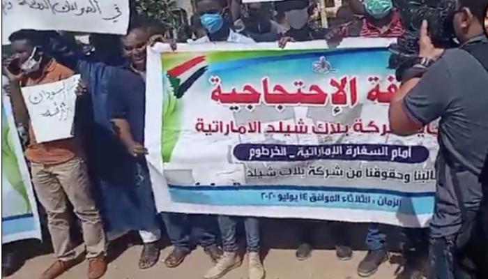 سودانيون يعتصمون أمام سفارة الإمارات في الخرطوم للمطالبة باعتذار عن تورطها بإرسالهم للقتال بليبيا