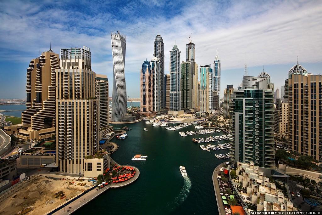 """مواطن إماراتي من عائلة """"قرقاش"""" يطالب بلقاء """"حاكم دبي"""" لامتلاك وثائق فساد"""