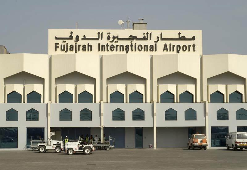 إعتقال 3 بريطانيين من هواة مراقبة الطائرات بتهمة التجسس في مطار الفجيرة